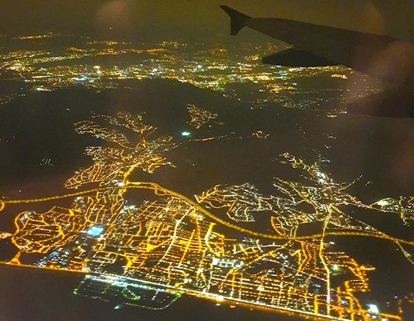 Avion volando de noche